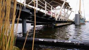 Shoreliner vangt plasticsoep in haven Stavoren